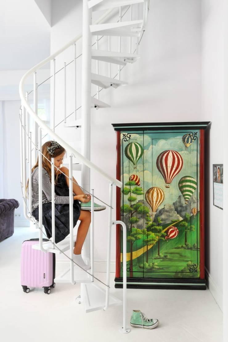 białe mieszkanie dwupoziomowe Warszawa: styl , w kategorii Korytarz, przedpokój zaprojektowany przez livinghome wnętrza Katarzyna Sybilska,