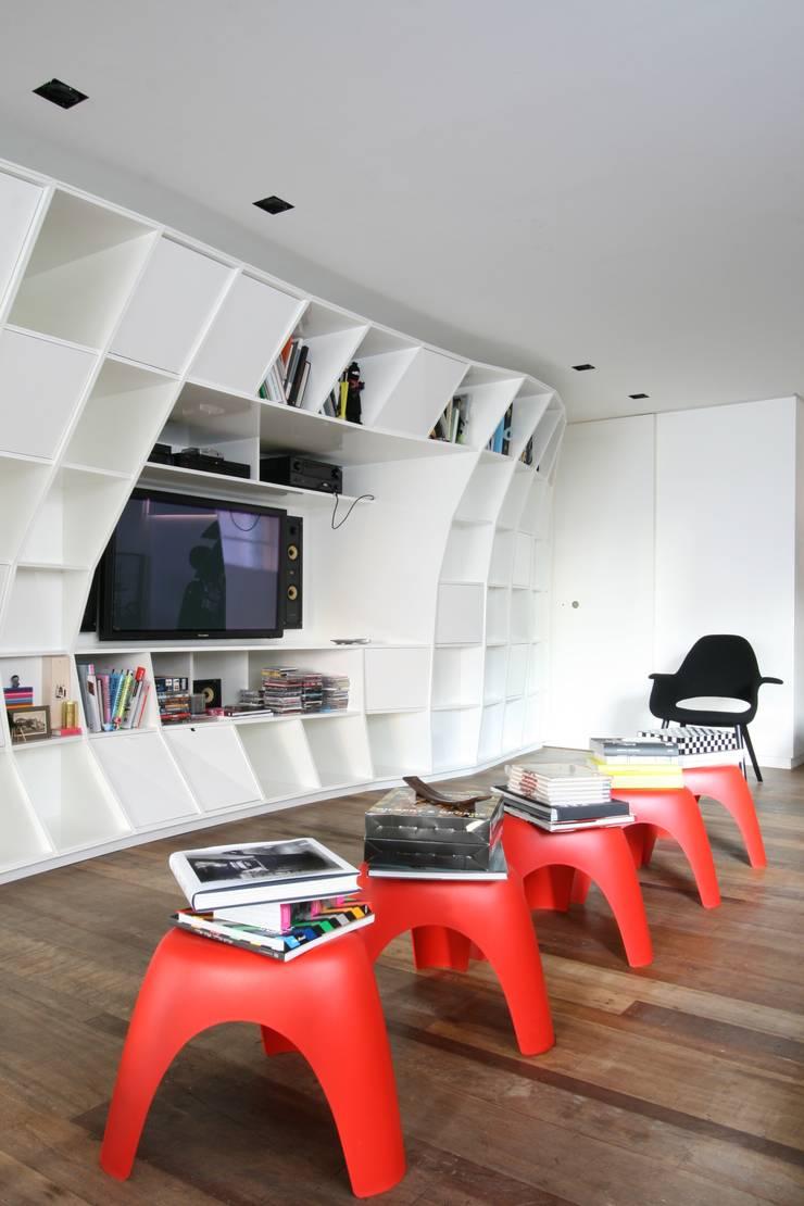 APARTAMENTO BELA CINTRA: Salas de estar  por Calio design + interiores =