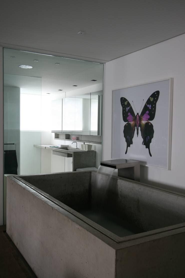 APARTAMENTO BELA CINTRA: Banheiros  por Calio design + interiores =