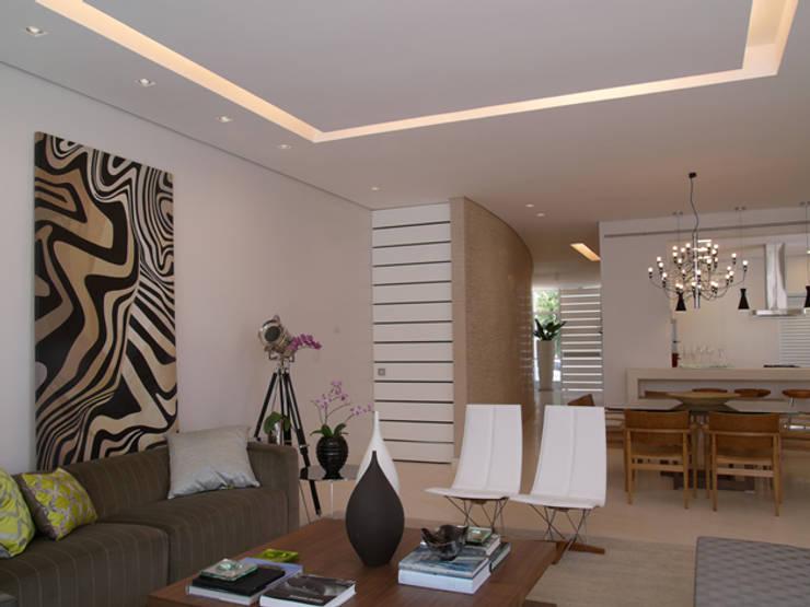 Residência Sorocaba: Salas de estar  por Denise Barretto Arquitetura