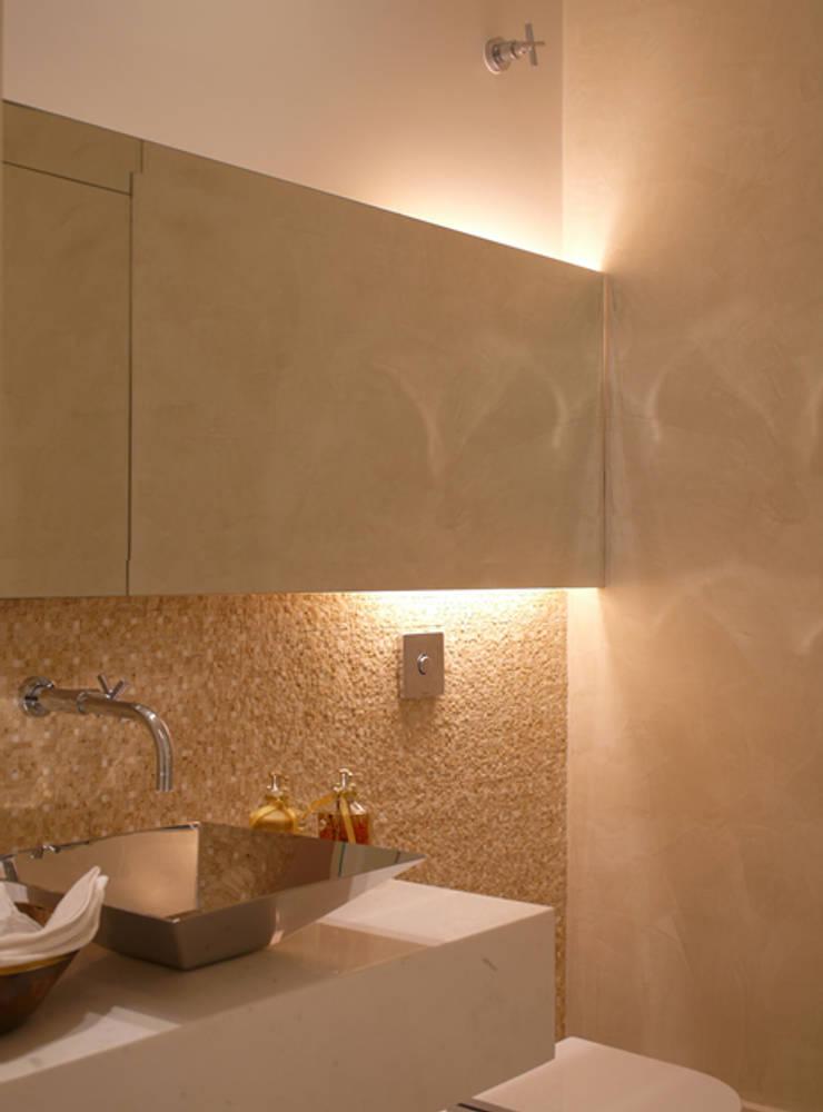 Residência Sorocaba: Banheiros  por Denise Barretto Arquitetura