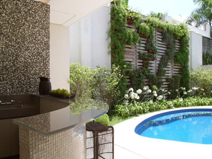 Residência Sorocaba: Jardins  por Denise Barretto Arquitetura