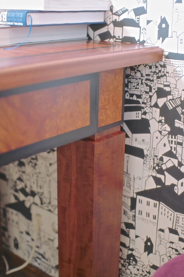 Стол в кабинет: Рабочий кабинет  в . Автор – Мебельная мастерская Александра Воробьева