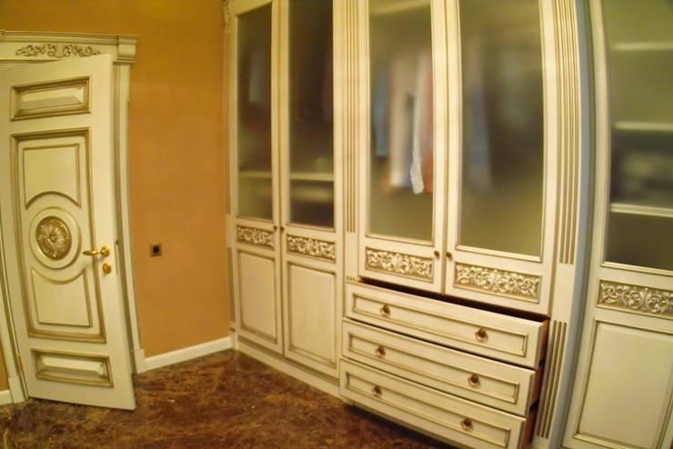 Vestidores y closets de estilo clásico por Мебельная мастерская Александра Воробьева