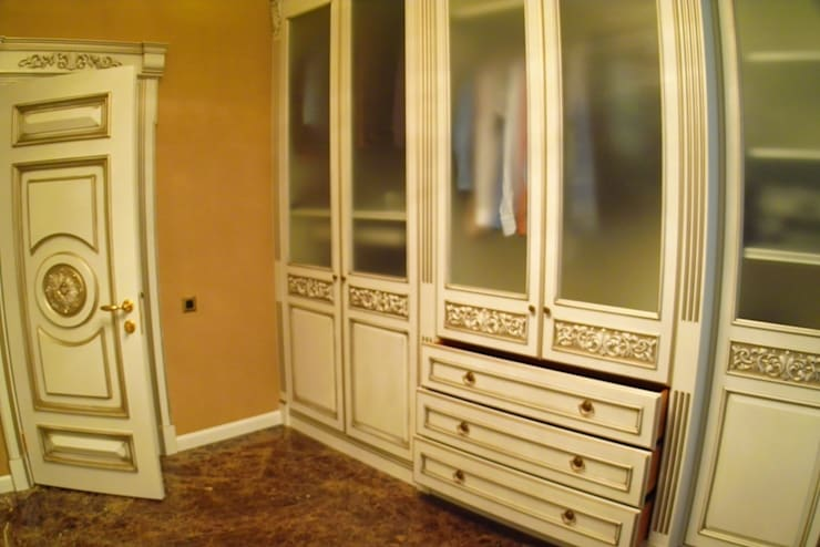 Vestidores y closets de estilo  por Мебельная мастерская Александра Воробьева