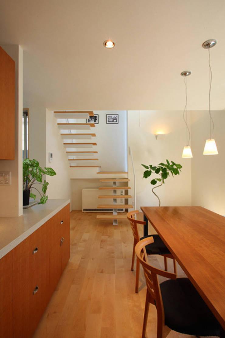 books and gardens キッチンから階段方向: アーキシップス古前建築設計事務所が手掛けたダイニングです。