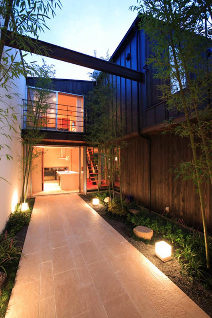 竹林風洞 夕景: アーキシップス古前建築設計事務所が手掛けた庭です。