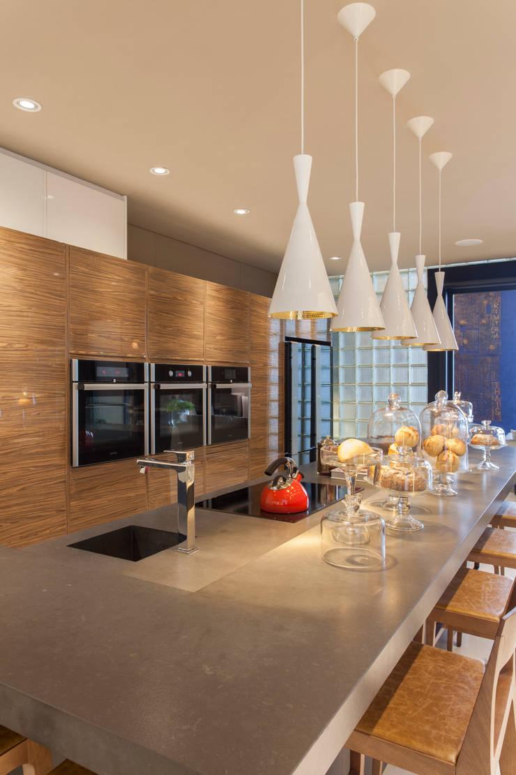 廚房 by Denise Barretto Arquitetura, 現代風
