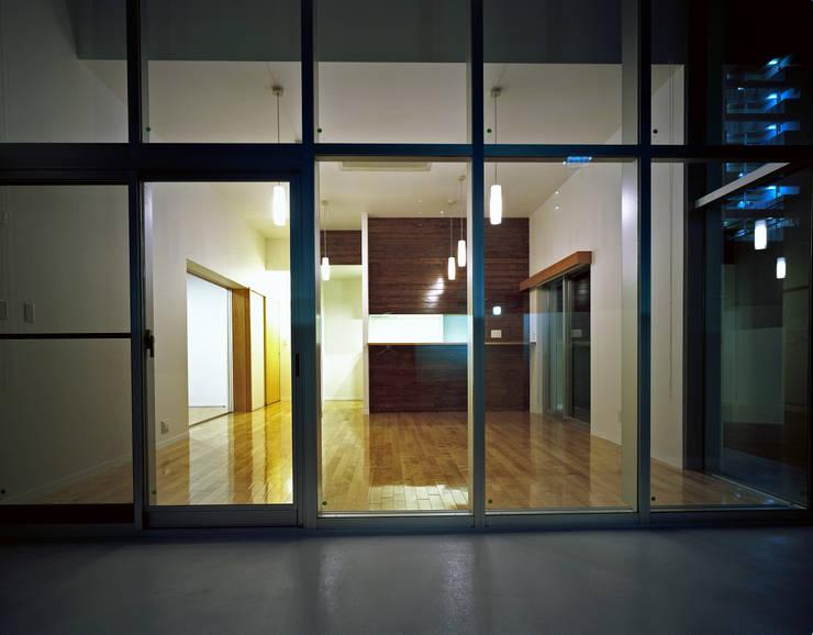 横川の家: 中本一哉建築設計事務所が手掛けたリビングです。