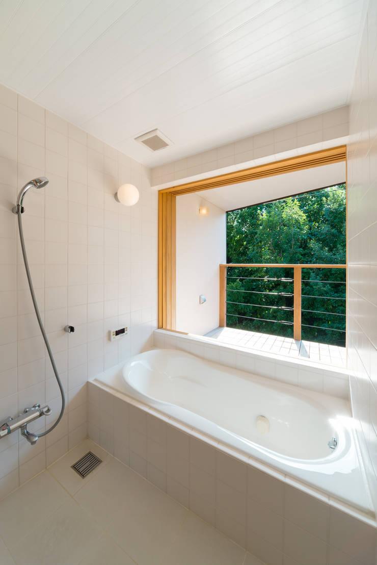 杜をつかまえる家: FAD建築事務所が手掛けた洗面所&風呂&トイレです。