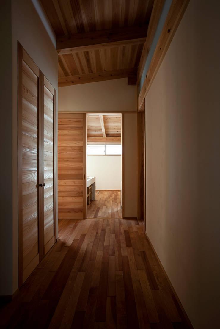 森の舟屋  自然に逆らわない「素」の住まい: 株式会社 けやき建築設計が手掛けた廊下 & 玄関です。