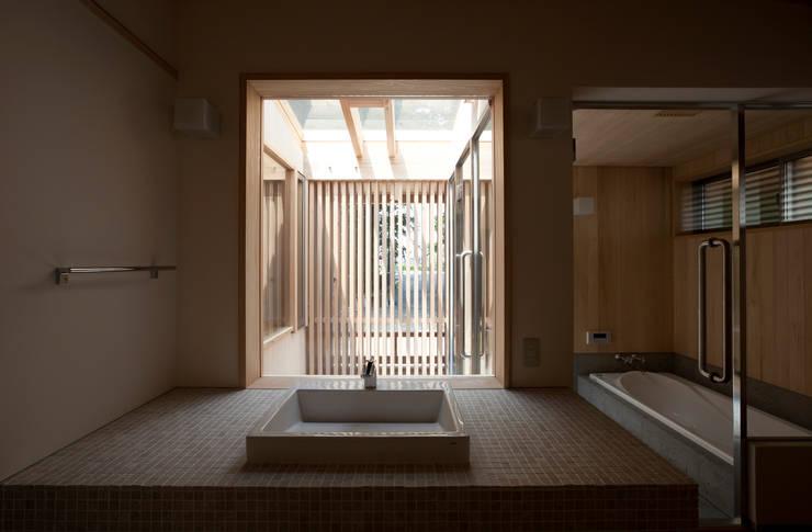 森の舟屋  自然に逆らわない「素」の住まい: 株式会社 けやき建築設計が手掛けた浴室です。