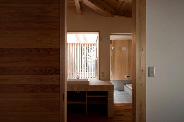 Baños de estilo clásico por 株式会社 けやき建築設計