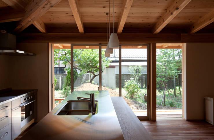 森の舟屋  自然に逆らわない「素」の住まい: 株式会社 けやき建築設計が手掛けたキッチンです。