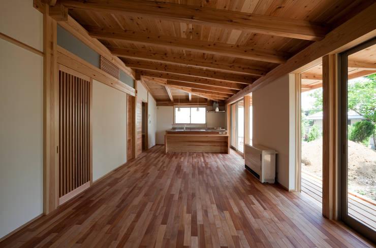 森の舟屋  自然に逆らわない「素」の住まい: 株式会社 けやき建築設計が手掛けたリビングです。