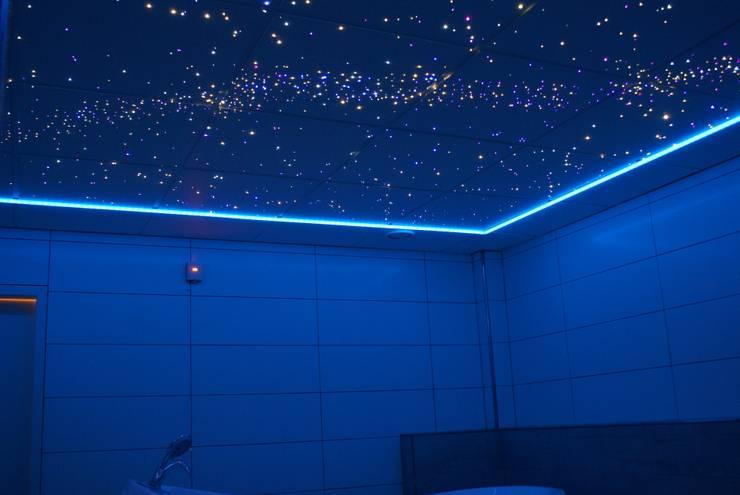 Sterrenhemel Verlichting Plafond LED glasvezel Star Ceiling fiber optic badkamer Sauna ledstrips verlichting plafond luxe mooie design spa wellness resort:  Badkamer door MyCosmos