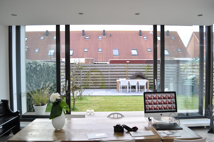 Moderne uitbreiding woning Spanbroek:  Studeerkamer/kantoor door Nico Dekker Ontwerp & Bouwkunde