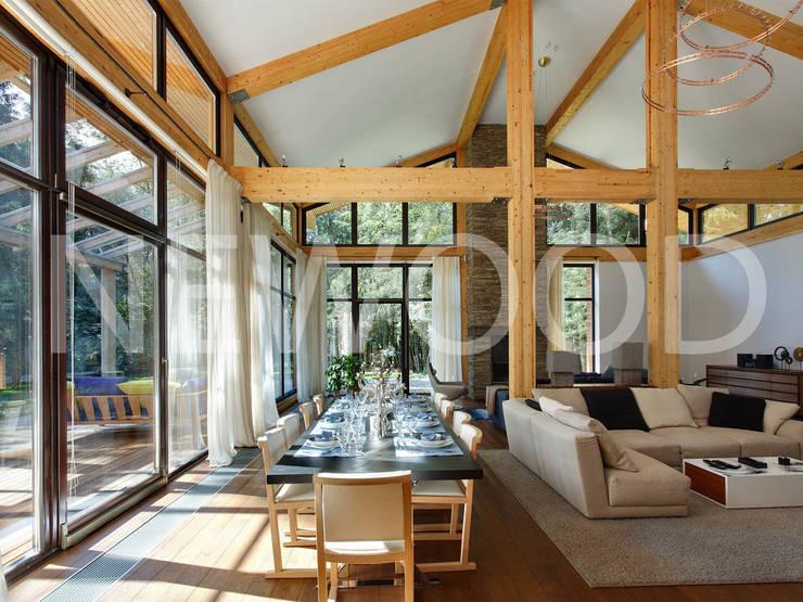 """Дом """"Woodlark"""" - комбинированные конструкции: Столовые комнаты в . Автор – NEWOOD - Современные деревянные дома"""