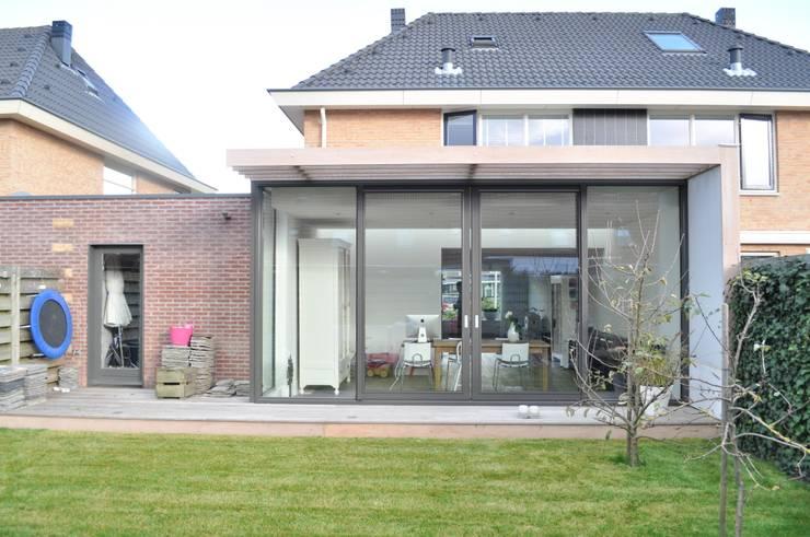 Moderne uitbreiding woning Spanbroek:  Huizen door Nico Dekker Ontwerp & Bouwkunde