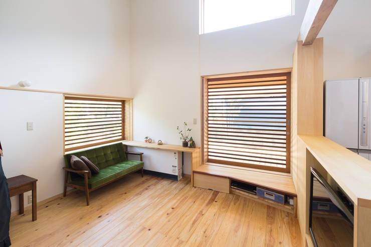 二つのデッキの家: FAD建築事務所が手掛けた窓です。