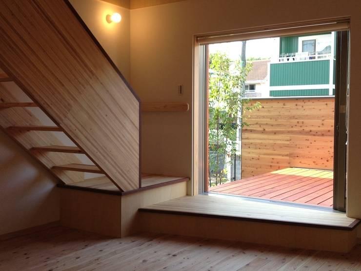 北側リビングが生きる家 モダンデザインの リビング の FAD建築事務所 モダン