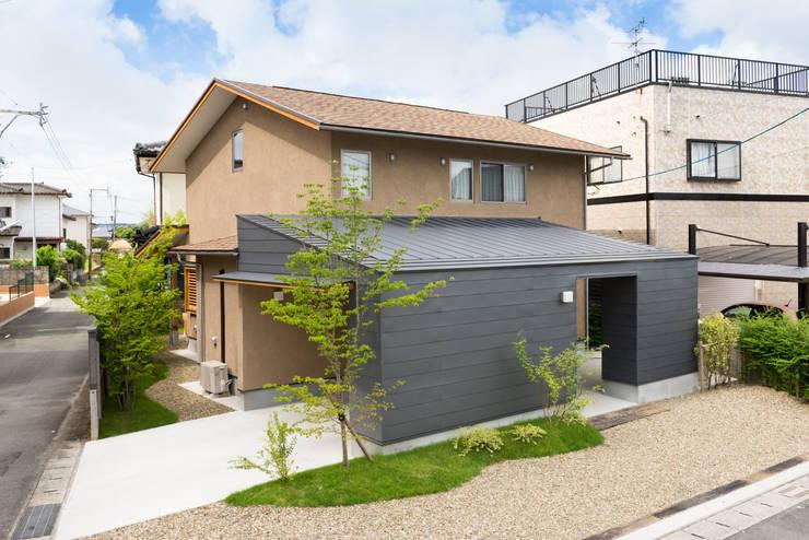 二つのデッキの家: FAD建築事務所が手掛けた家です。,モダン