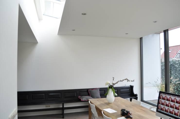 Moderne uitbreiding woning Spanbroek:  Eetkamer door Nico Dekker Ontwerp & Bouwkunde