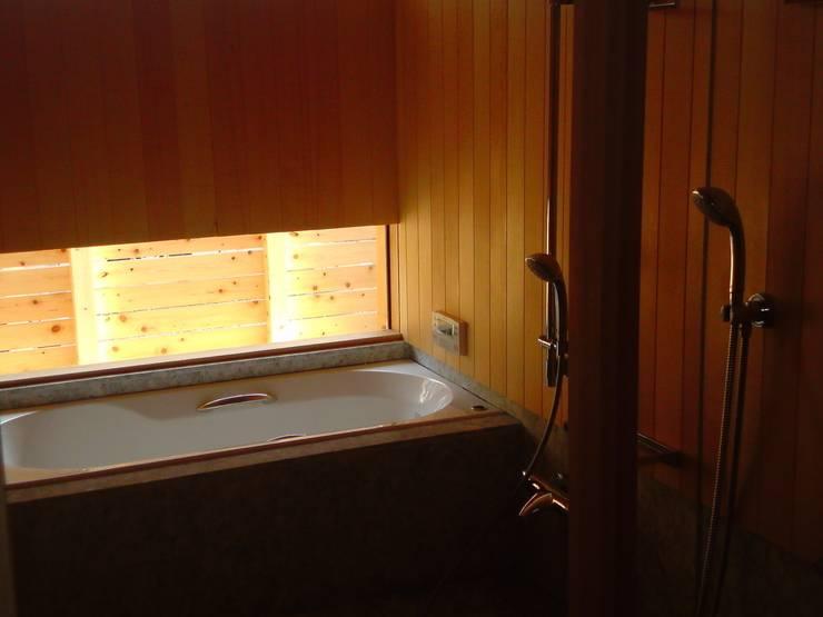 横に広がる伸びやかな家: FAD建築事務所が手掛けた浴室です。