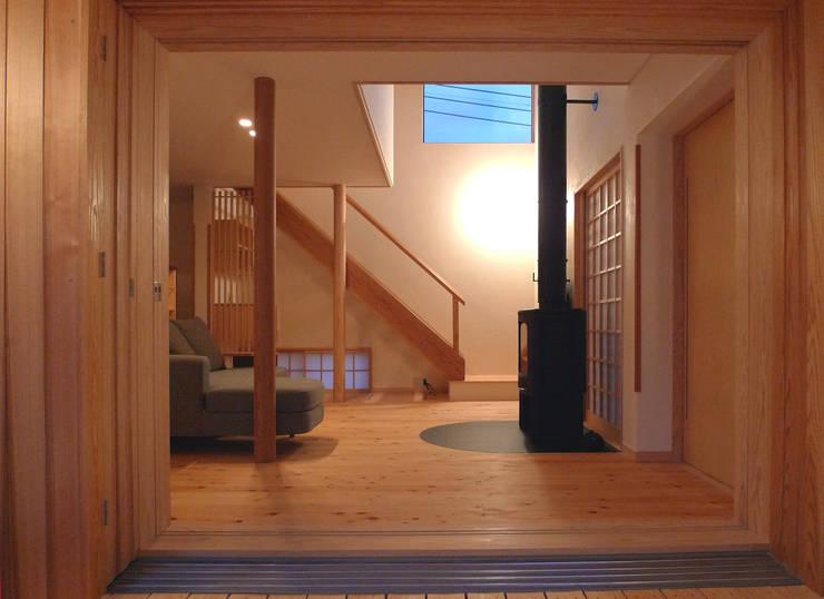 横に広がる伸びやかな家: FAD建築事務所が手掛けたリビングです。