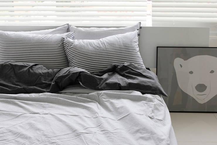 모던함에 경쾌함을 더한 침구 : mushroommate의  침실