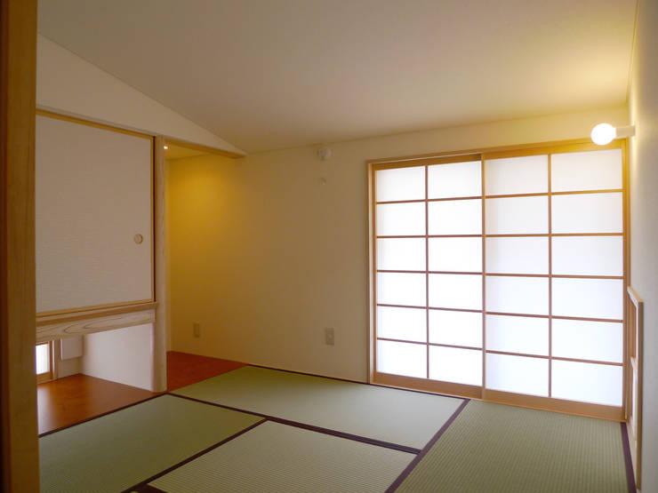 住宅街に建つ穏やかな家: FAD建築事務所が手掛けた寝室です。