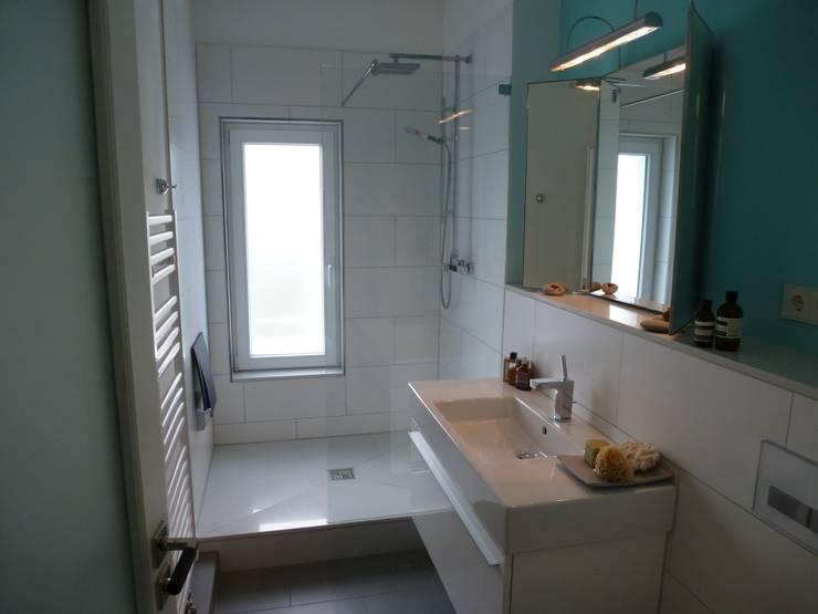 Duschbad Obergeschoß: minimalistische Badezimmer von Architekt Dipl.Ing. Udo J. Schmühl