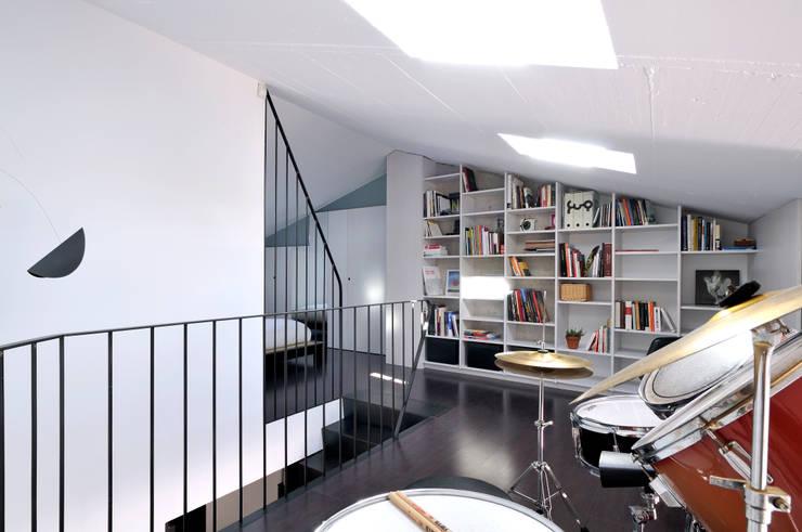 Interiorismo de un piso en Girona: Estudios y despachos de estilo  de FAA Fraguell Arquitectes Associats, scp