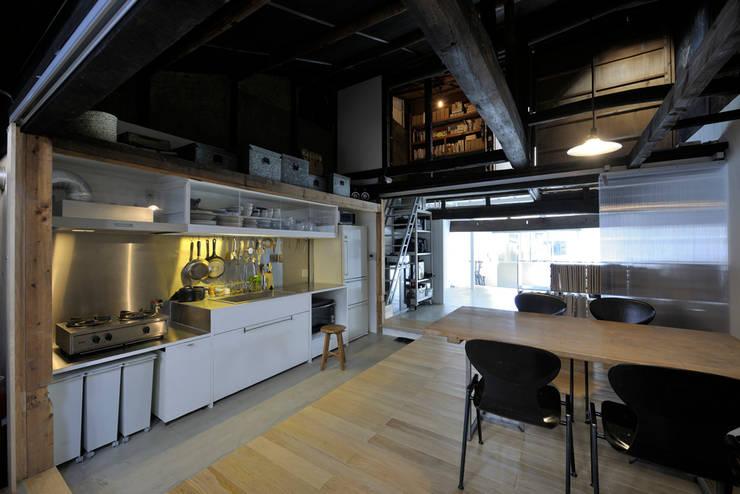 西陣のスタジオ: 伊藤立平建築設計事務所が手掛けたオフィススペース&店です。