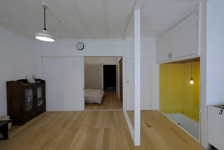 西陣のスタジオ: 伊藤立平建築設計事務所が手掛けた和室です。