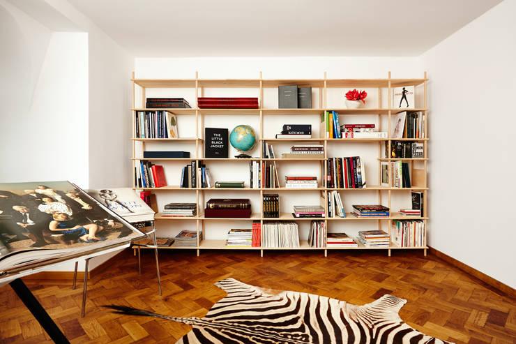 minimalistic Living room by Neuvonfrisch