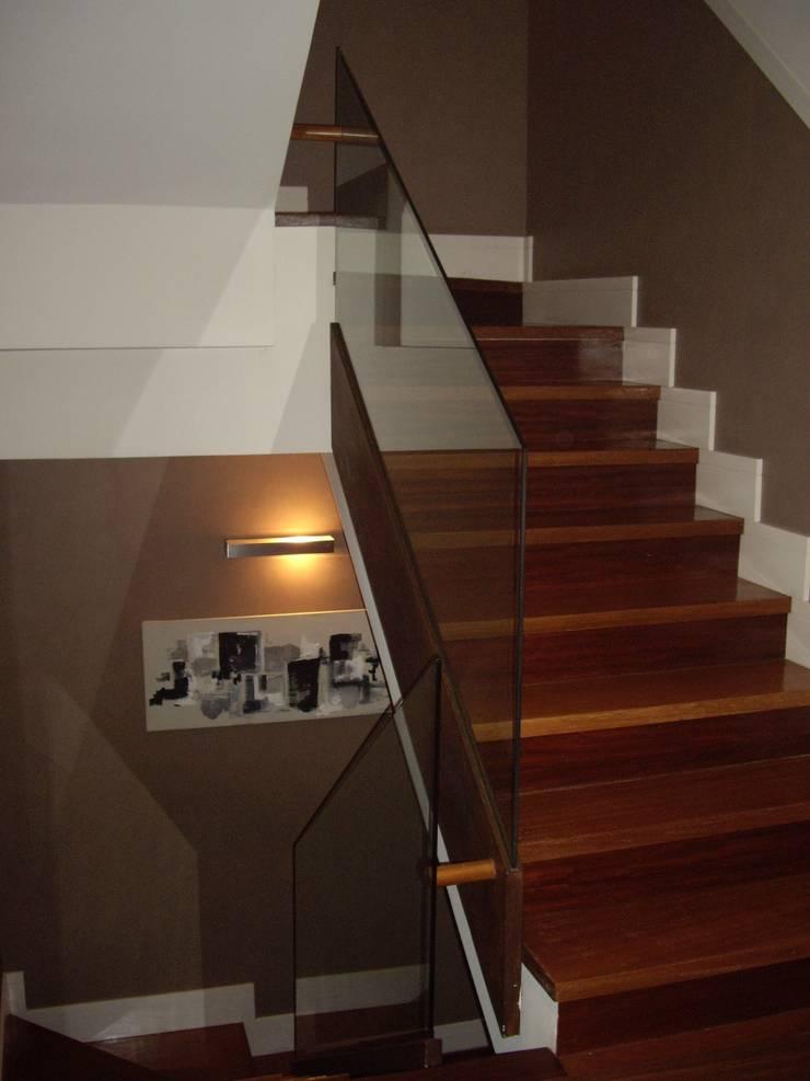 Escalera de madera con barandilla de vidrio: Pasillos y vestíbulos de estilo  de DE DIEGO ZUAZO ARQUITECTOS