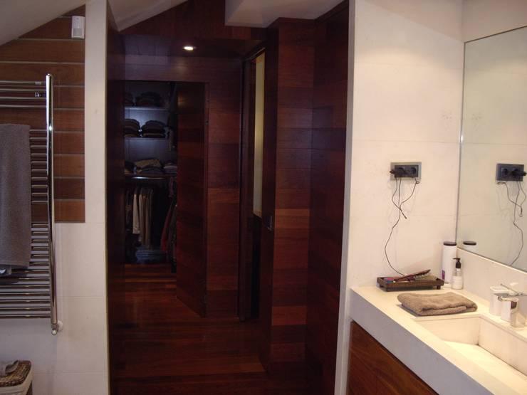 Vista del vestidor desde el baño: Baños de estilo moderno de DE DIEGO ZUAZO ARQUITECTOS