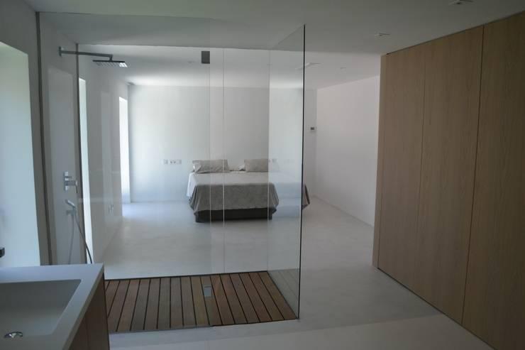 Interior: Dormitorios de estilo moderno de Alicante Arquitectura y Urbanismo SLP