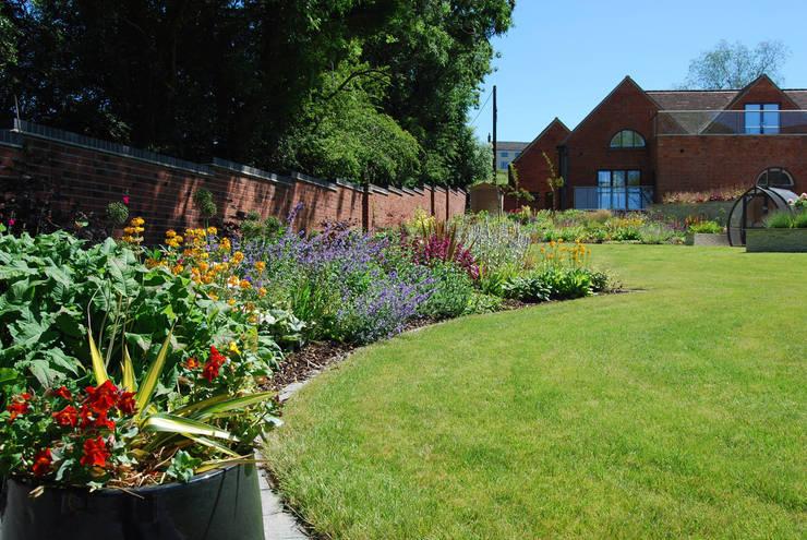 Jardin de style  par Lush Garden Design
