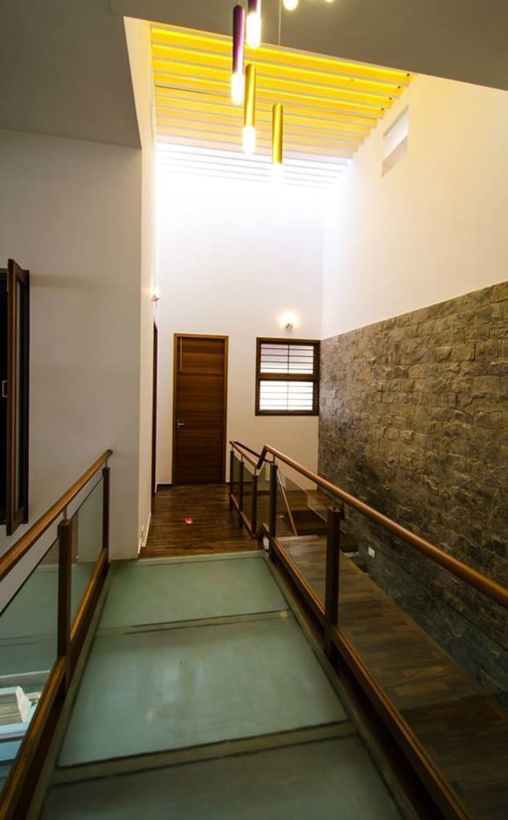 Mrs.&Mr. REKHA THANGAPPAN RESIDENCE AT JUHU BEACH, KAANATHUR, EAST COAST ROAD, CHENNAI:  Corridor & hallway by Muraliarchitects
