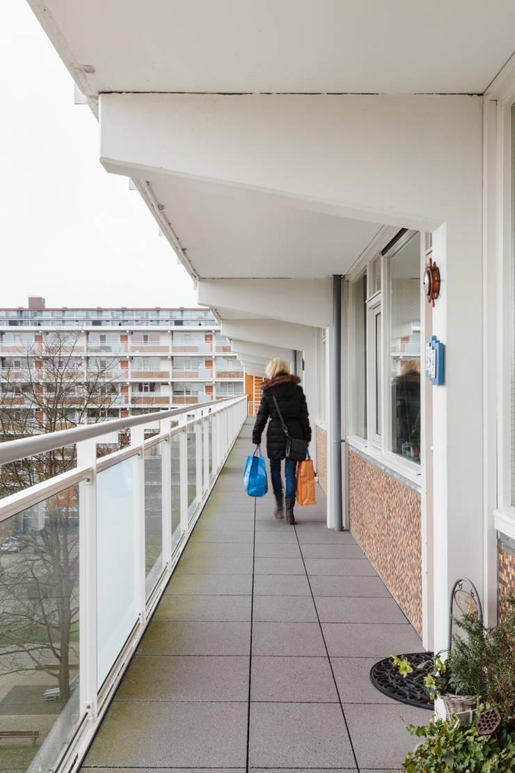 Minimalist corridor, hallway & stairs by Studio LS Minimalist