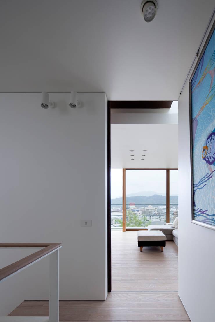 HILL HOUSE: プラスアトリエ一級建築士事務所が手掛けた廊下 & 玄関です。