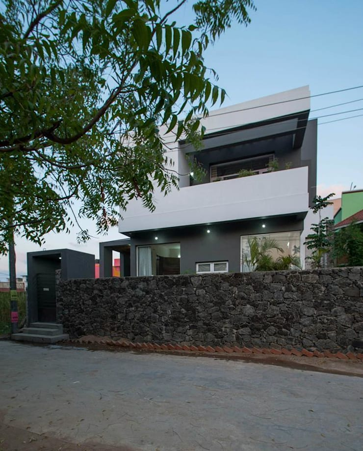 Mrs & Mr.JUSTIN S RESIDENCE AT MEDAVAKKAM, CHENNAI: rustic Houses by Muraliarchitects