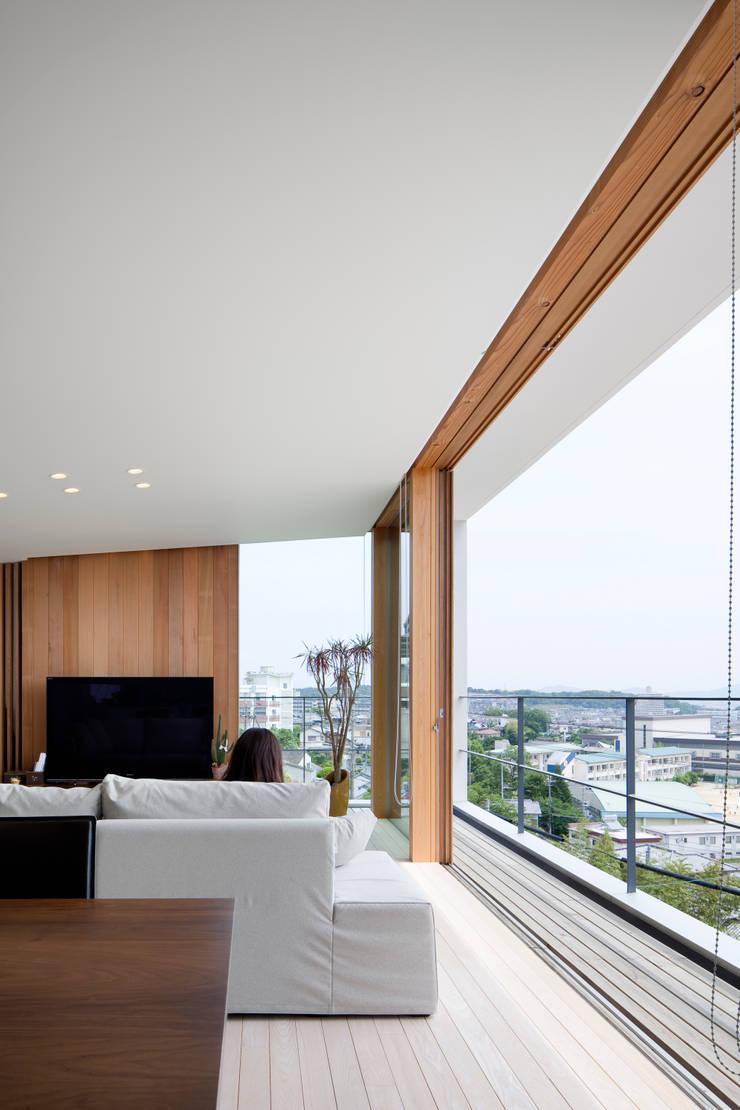 HILL HOUSE: プラスアトリエ一級建築士事務所が手掛けたリビングです。