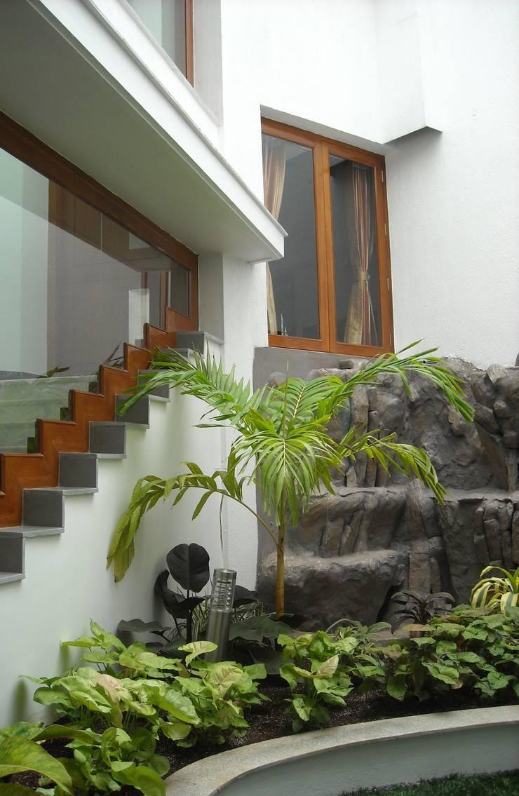 DR.BALAMURUGAN RESIDENCE:  Garden by Muraliarchitects