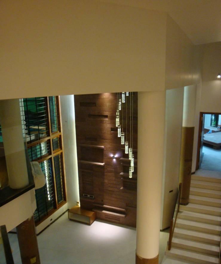 DR.BALAMURUGAN RESIDENCE:  Corridor & hallway by Muraliarchitects