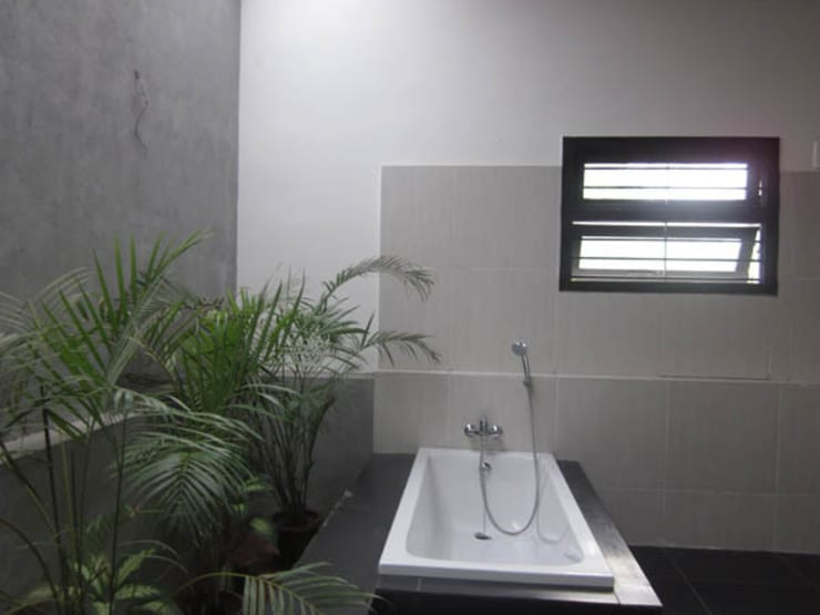 VIJAYA RESIDENTIAL APPARTMENTS:  Bathroom by Muraliarchitects