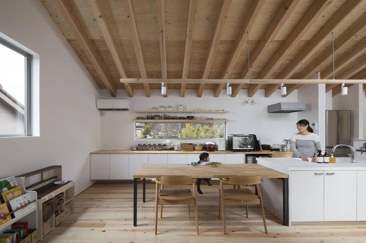 Salas de jantar  por プラスアトリエ一級建築士事務所