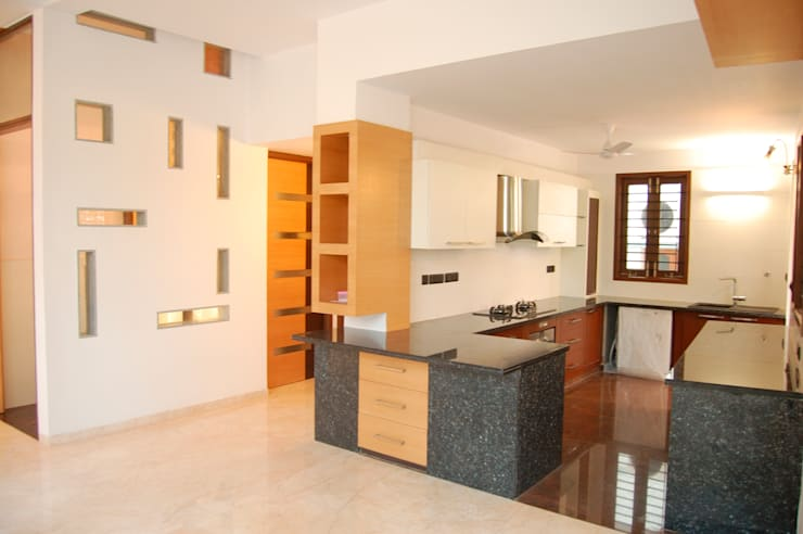 DR.HARIHARAN RESIDENCE:  Kitchen by Muraliarchitects
